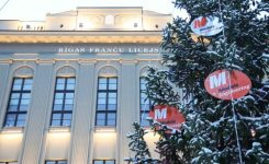 Moduls Engineering Ziemassvētkos Rīgas Franču licejam dāvina egli